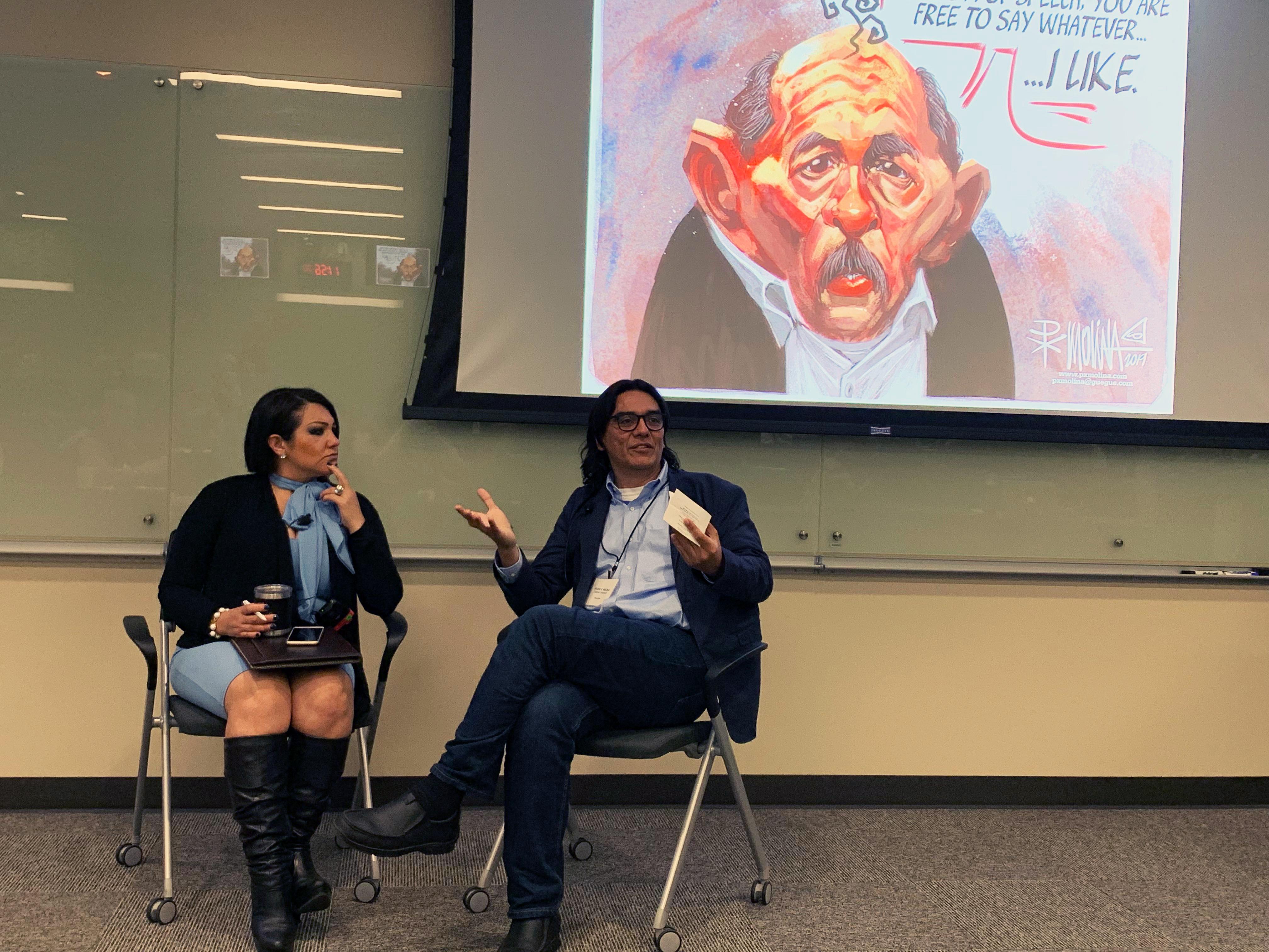 El caricaturista Pedro X. Molina y la productora de radio Joy Díaz discuten sobre los medios en Nicaragua. (Teresa Mioli/ Centro Knight).