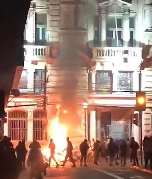 El Mercurio de Valparaíso de Chile es incendiado por manifestantes (Captura de pantalla)