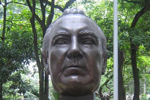 Un busto del periodista Guillermo Cano Isaza ubicada en el parque Bolívar en Medellín, Colombia. La escultura es un trabajo de Rodrigo Arenas Betancur.
