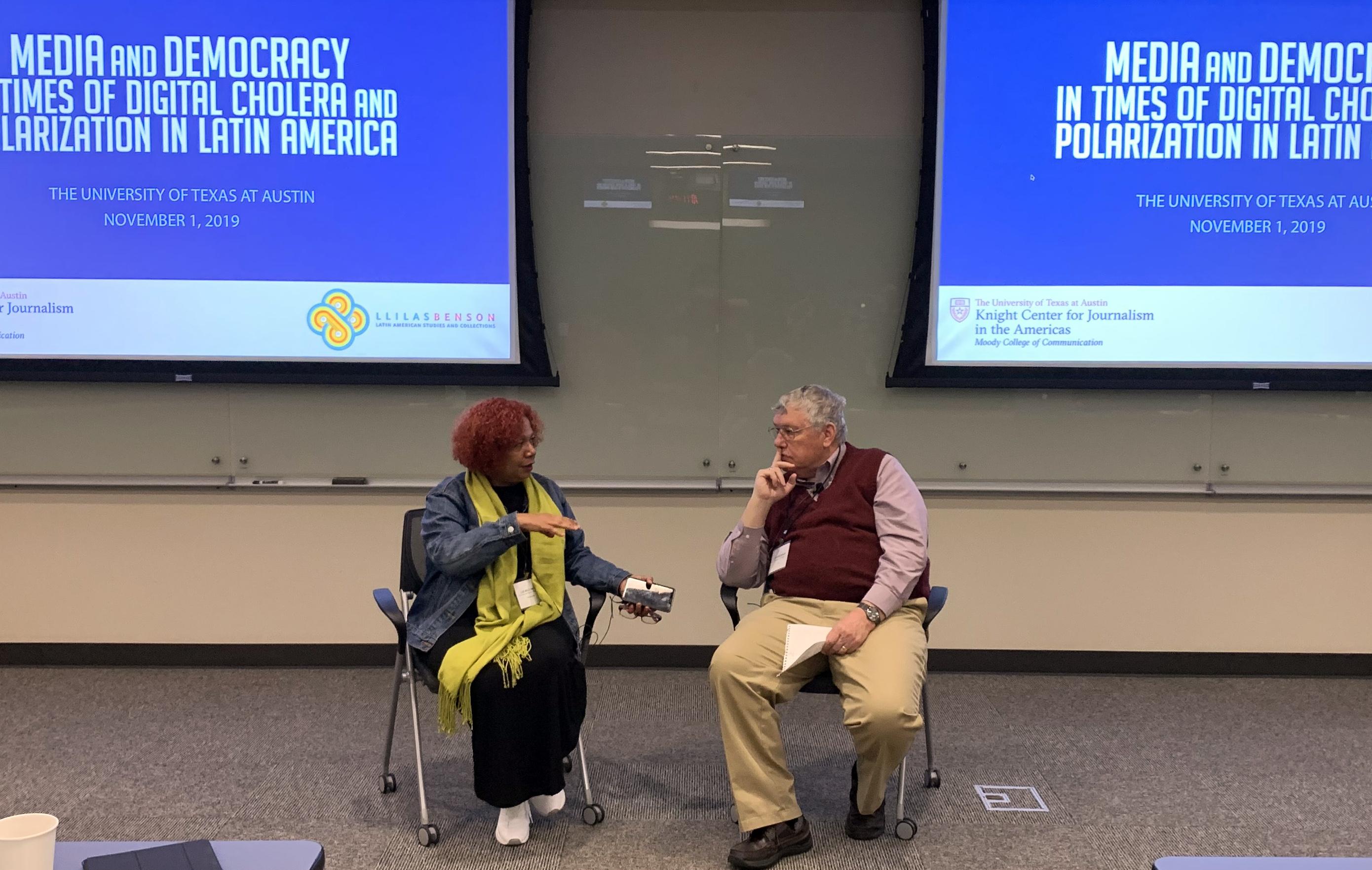 """Luz Mely Reyes e Joe Straubaar durante o evento """"Mídia e Democracia em Tempos de Cólera e Polarização Digital na América Latina"""" (Teresa Mioli/Centro Knight)"""