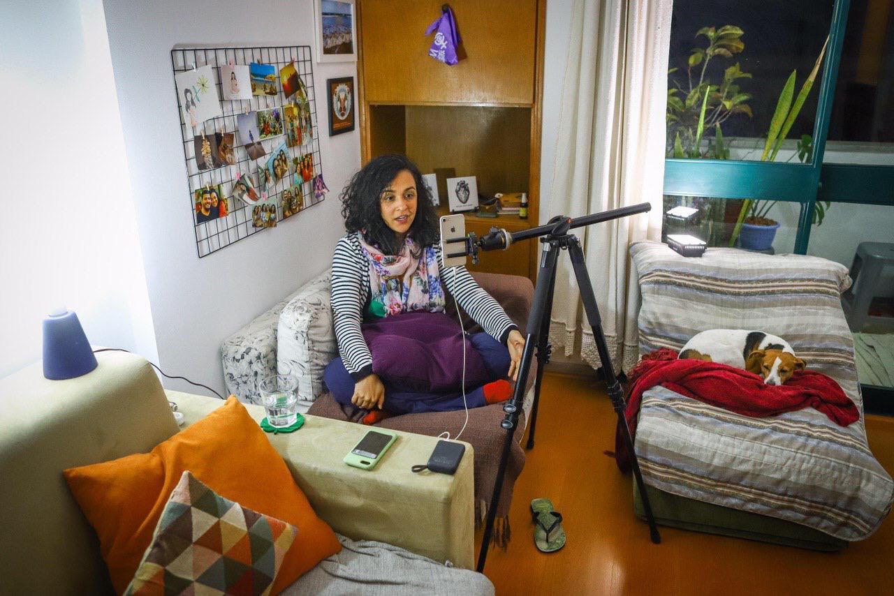 Joana Suarez comparte su experiencia como freelance en un taller de periodismo freelance en línea. Foto: cortesía