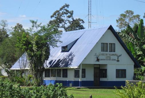 Sede da rádio comunitária indígena La Voz de Talamanca 88.3 FM, em zona rural da Costa Rica. Foto: Divulgação