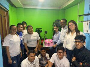 Celebración con el equipo de radio La Costeñísima; Sergio León, fallecido de Covid-19, aparece al fondo, con camiseta amarilla. (Foto: Archivo personal)