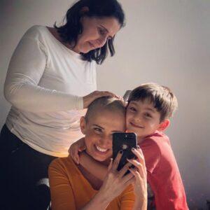 Alice com mãe e filho