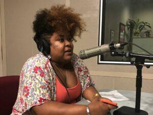 Alane Reis no microfone
