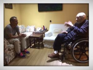 Mario Rezende conversa com Helio Fernandes durante produção de 'Confinados'. Crédito: cortesia
