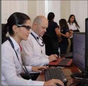 pessoas no computador