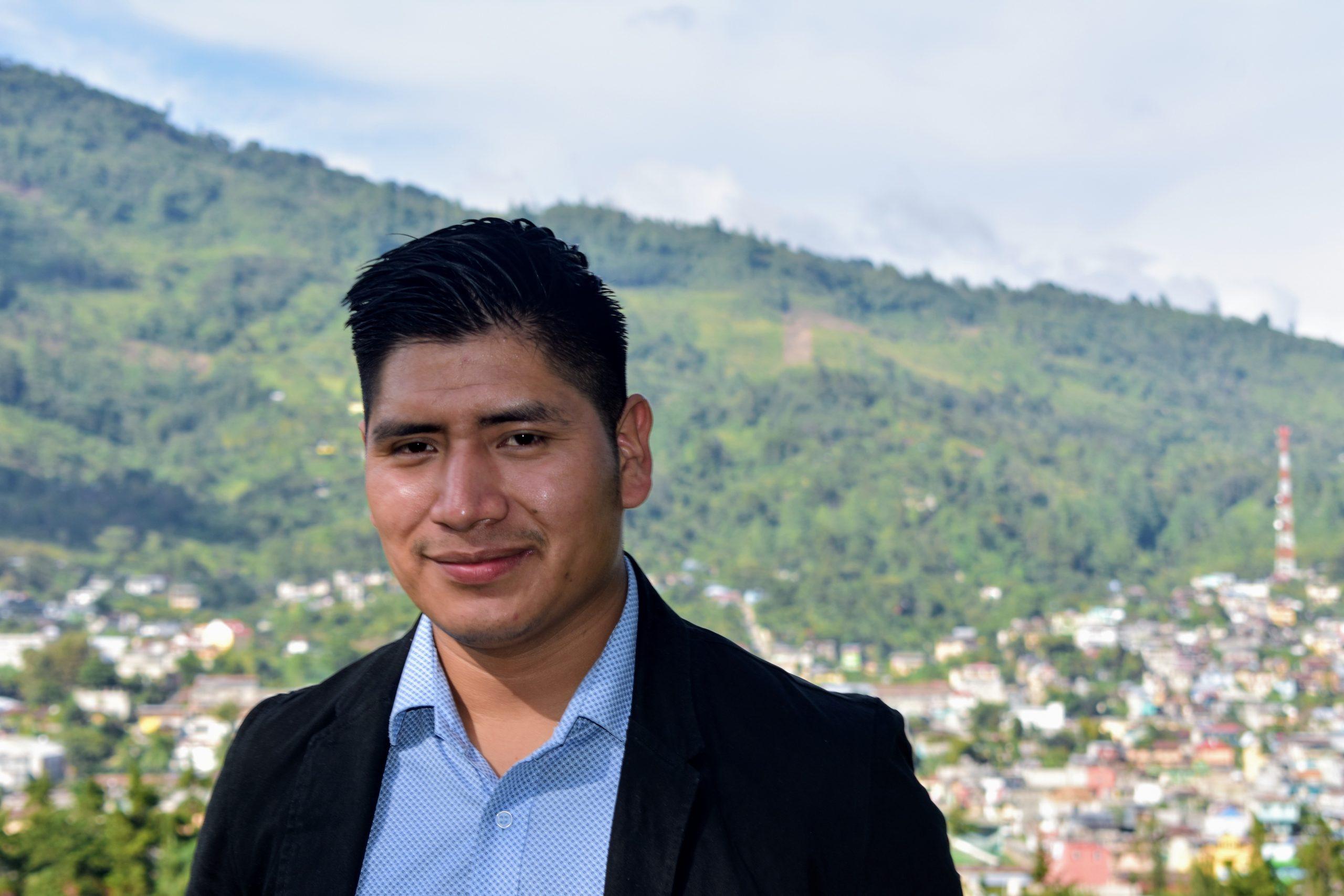 Francisco Simón com cidade ao fundo